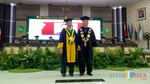 (kiri ke kanan) Guru besar Ilmu Komputer UIN Malang Prof Dr Suhartono SSi MKom dan Rektor UIN Malang Prof Dr Abd Haris MAg. (Foto: Imarotul Izzah/ MalangTIMES)
