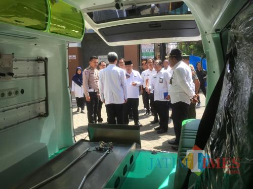 Bupati Malang HM Sanusi (tengah pakai peci) saat melakukan evaluasi dan monitoring kesiapan PSC di RSUD Kanjuruhan (Foto : Ashaq Lupito / MalangTIMES)