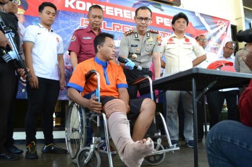 Tersangka Hariyanto (26) asal Ogan Komering Ilir (OKI), Sumatera Selatan, saat menjawab pertanyaan dari Kapolres Batu AKBP Harviadhi Agung Prathama di Mapolres Batu, Rabu (11/12/2019).