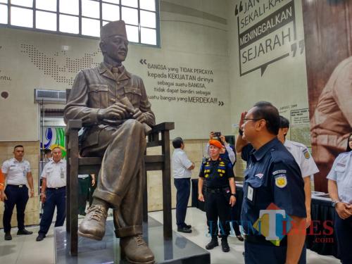 Patung Bung Karno di Stasiun KA Blitar.(Foto : Malik Naharul/BlitarTIMES)