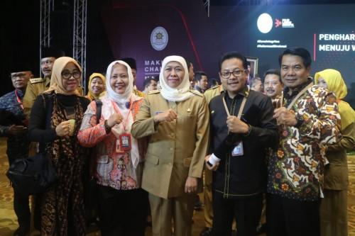 Wali Kota Malang Sutiaji (dua dari kanan) saat menerima penghargaan Pembangunan Zona Integritas 2019 (Foto: Humas Pemkot Malang)