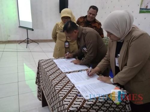 Penandatanganan kerja sama Pemkab Malang dengan pihak BNI dalam perlindungan PMI terkait layanan keuangan (Nana)
