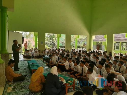 Danramil Selorejo memberikan materi wasbang kepada pelajar MTSN.(Foto : Team BlitarTIMES)
