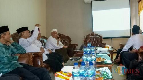 Sosialisasi Sistem Jaminan Halal, Pembina SPMHI Prof Bisri (membawa mic). (Foto: Imarotul Izzah/MalangTIMES)