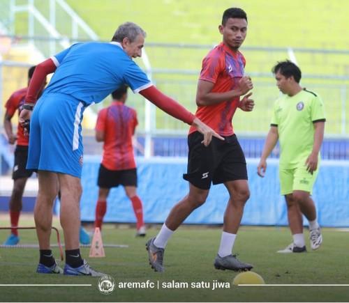 Rifaldi Bawuoh saat mendapat instruksi dari Milomir Seslija (official Arema FC)