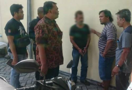 Kathon Harjito saat diamankan petugas Polsek Kota Tulungagung / Foto : Dokpol / Tulungagung TIMES