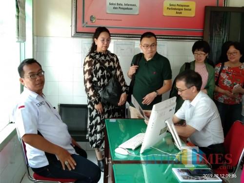 Yang Jian (kanan, baju putih ) menerima penjelasan dari petugas PSAI. (foto : Joko Pramono/Jatim Times)