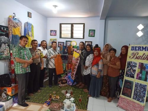 Tim Teknologi Tepat Guna UB dengan pelaku UMKM Batik di Kediri. (Foto: istimewa)