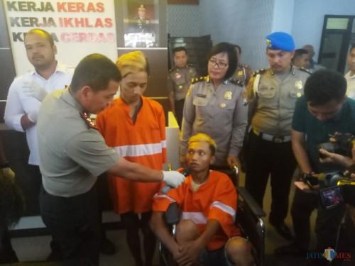 Kapolresta Malang, AKBP Leonardus Sinarmata saat menanyai pelaku tentang aksinya (Anggara Sudiongko/ MalangTIMES)