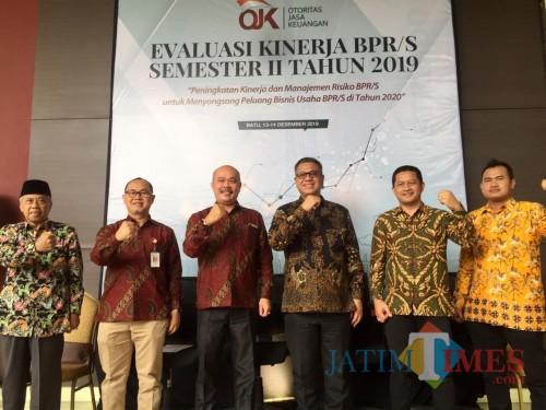 Kepala OJK (tiga dari kanan) Heru Cahyoni saat rilis di The Singhasari Resort Kota Batu, Jumat (13/12/2019). (Foto: Irsya Richa/MalangTIMES)