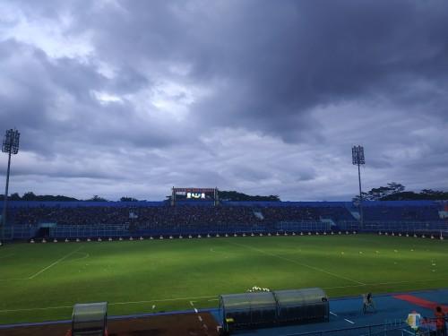 Suasana Stadion Kanjuruhan saat dipenuhi Aremania (Hendra Saputra)