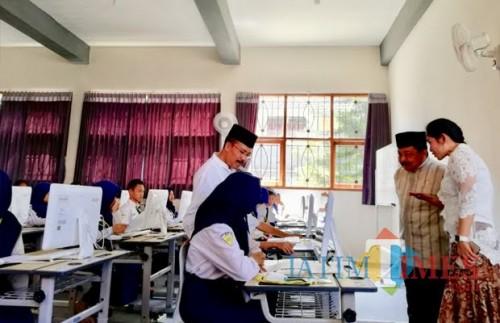 Pelajar SMP saat melaksanakan ujian di SMPN 1 Kota Batu. (Foto: Irsya Richa/MalangTIMES)