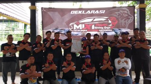 Penuh semangat, pengurus MiXI Malang Raya berfoto bersama dengan member dan MiXI dari berbagai daerah di Jawa Timur yang turut hadir dalam pengukuhan MiXI Malang Raya. (Pipit Amggraeni/MalangTIMES).