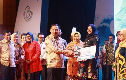 Ketua TP PKK Kota Kediri Ferry Silviana Abu Bakar dari Menteri KKP RI Edhy Prabowo, Sabtu (14/12) di Jakarta Convention Center Hall A-Cedrawasih Room. Kota Kediri menjadi peringkat II pada kategori menu balita. (Foto: Ist)