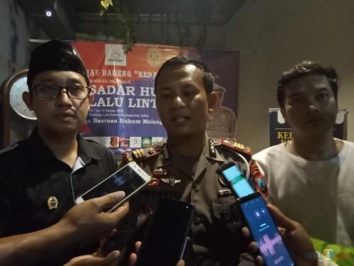 Kasat Lantas Polresta Malang Kota, AKP Priyanto SH, SIK (tengah) usai memberikan materi mengenai kesadaran berlalu lintas (Anggara Sudiongko/MalangTIMES)