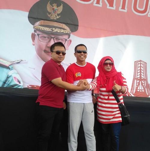 Dari kiri Ketua HIKAPAD DOC Kota Malang Afan Ari Kartika, Danrem 083 BDJ Kolonel Inf Zainudin dan tokoh Perempuan Kota Malang Nelly memberikan salam komando saat acara.