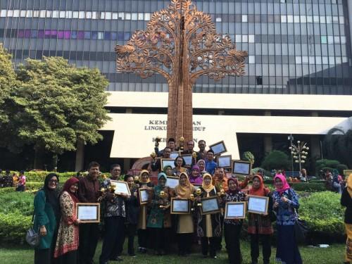 Foto bersama DLH Kota Malang setelah mendapat penghargaan Adiwiyata dari KLHK (DLH Kota Malang for MalangTIMES)