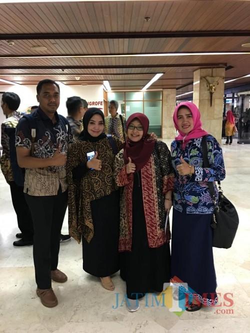 Kasi Peningkatan Kapasitas Lingkungan DLH Kota Malang, Galuh Nawang R. ST, MT (dua dari kanan) saat berfoto usai menghadiri penghargaan Adiwiyata di Kementerian Lingkungan Hidup dan Kehutanan, Jakarta (DLH for MalangTIMES)