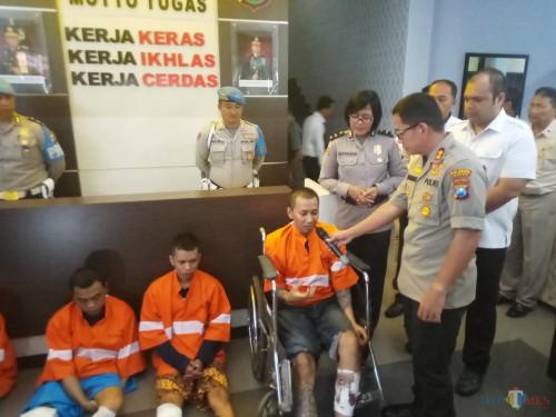 Kapolres Malang Kota, AKBP Leonardus Sinarmata, saat menanyai pelaku Sokib tentang asal muasal gergaji (Anggara Sudiongko/MalangTIMES)
