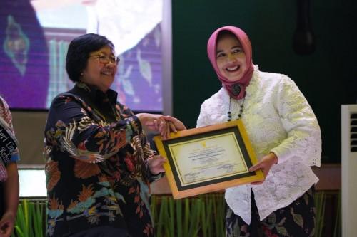 Menteri Lingkungan Hidup Siti Nurbaya saat memberikan piagam kepada Kepala SDN Mojorejo 01 Sri Wahyuni. (Foto: istimewa)