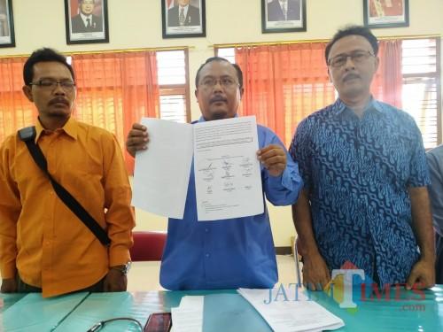 Heri Widodo, bersama 9 Anggota Komite menunjukkan surat hak jawab dan somasi yang dilayangkan ke media online dan sejumlah LSM / Foto : Anang Basso / Tulungagung TIMES