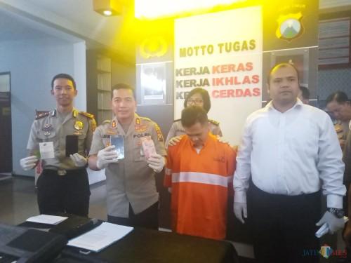 Kapolresta Malang Kota, AKBP Leonardus Sinarmata saat menunjukkan barang bukti (Anggara Sudiongko/MalangTIMES)