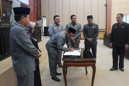 Ketua DPRD Jombang Masud Zuremi menandatangani draf R-APBD 2020 dan draf dana cadangan untuk mal pelayanan publik. (Istimewa)