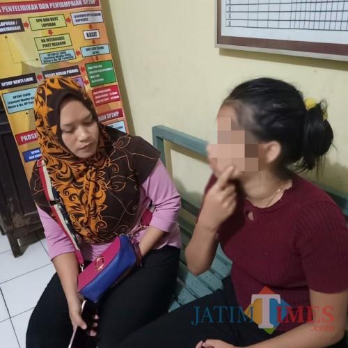 Korban saat di Polsek Karangrejo untuk laporan. / Foto : Dokpol / Tulungagung TIMES