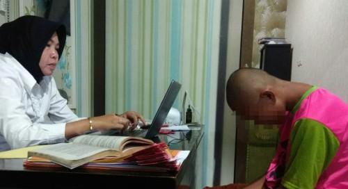 Tersangka BD (kanan) saat menjalani proses penyidikan di Unit PPA Satreskrim Polres Malang