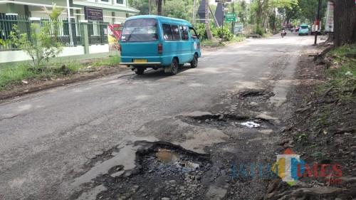 Kondisi jalan berlubang di Jalan Madyopuro, Kota Malang. (Pipit Anggraeni/MalangTIMES).