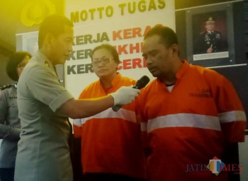 Kapolresta Malang Kota, AKBP Leonardus Sinarmata saat menanyai pelaku tentang hasil dari kejahatan (Anggara Sudiongko/MalangTIMES)