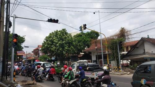 Traffic Light yang dilengkapi teknologi ITS (inteligent transport system) terpasang di pertigaan kawasan Sawojajar. (Pipit Anggraeni/MalangTIMES).