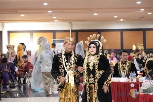 Pasangan nikah dengan usia tertua Suyatno (61) dan Susilowati (54).