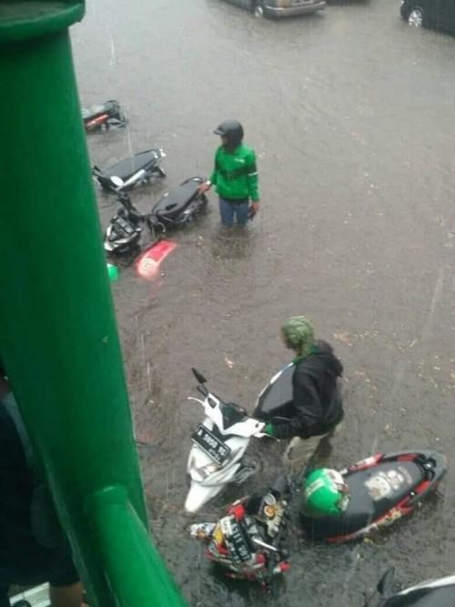 Motor ojek yang terjebak banjir Jakarta ( Akun FB Birgaldo Sinaga)