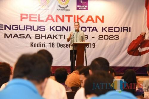 Sekda Kota Kediri Budwi Sunu saat memberikan sambutan dalam pergantian Ketua KONI. (Eko Arif S / JatimTIMES)