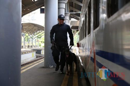 Pengecekan keamanan oleh tim siaga PT KAI Daop 8 Surabaya (Istimewa).