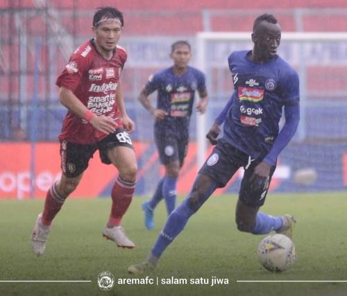 Makan Konate (bawa bola) saat menghadapi Bali United di pekan ke 33 Liga 1 2019 (official Arema FC)