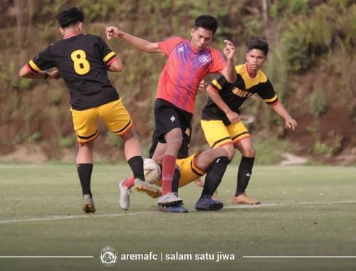 Titan Agung (merah) saat berebut bola dengan tim lokal Malang (official Arema FC)