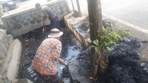 Tim Satgas DPUPR saat membersihkan saluran air di kawasan Jl Simpang LA Sucipto, Jumat (20/12) (Foto: Humas Pemkot Malang)