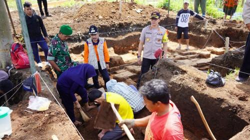 Wakil Wali Kota Batu Punjul Santoso bersama Kapolres Batu AKBP Harviadhi Agung Prathama saat melihat tim BPCB Jawa Timur di Desa Pedem, Kecamatan Junrejo, Jumat (20/12/2019).