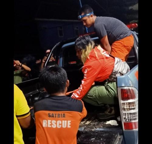 Petugas saat mengevakuasi jenazah korban yang meninggal akibat terseret ombak untuk dibawa ke kamar mayat RSSA Kota Malang. (Foto : Istimewa)
