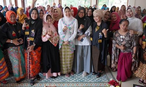 Wali Kota Batu Dewanti Rumpoko saat berfoto bersama komunitas wanita bekerja profesional (ProWomen), di Gardenia Cafe Kota Malang, Sabtu (21/12/2019).(Foto: Humas Pemkot Batu)
