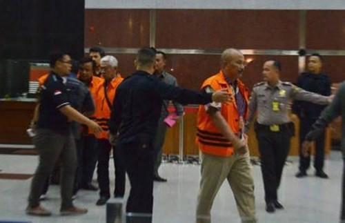 Suparno Hadiwibowo (paling depan) terpidana kasus korupsi Kota Malang yang diduga lakukan percobaan bunuh diri (Istimewa)