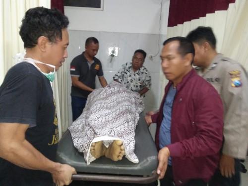 Korban saat hendak dibawa ke RSD Soebandi Jember guna mendapatkan visum. (foto : istimewa / Jatim TIMES)