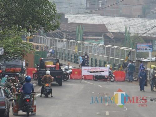 Penutupan Jembatan Muharto selama proses pemasangan penyangga (Raafi Prapandha/MalangTIMES).