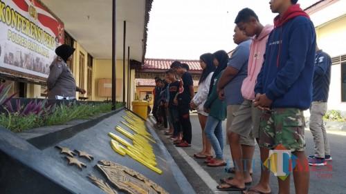 Belasan remaja terjaring razia diamankan di Mapolres Blitar Kota.(Foto : Team BlitarTIMES)
