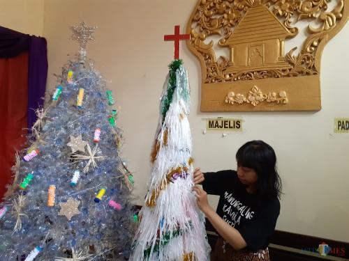 Kampanyekan Go Green, Pohon Natal Dibuat dari Bahan Daur Ulang
