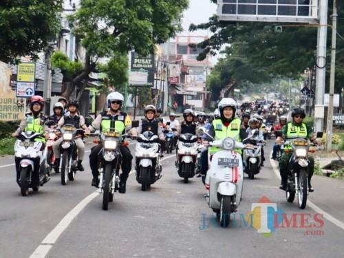 Wali Kota Batu Dewanti Rumpoko saat melakukan patroli gunakan roda dua di Jl Ir Soekarno.