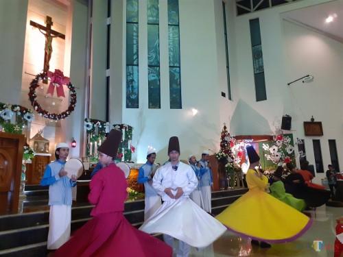 Tarian sufi meriahkan perayaan ibadah Misa Natal di  Gereja Paroki St Vincentius A Paulo Malang, Rabu (25/12) (Arifina Cahyanti Firdausi/MalangTIMES)