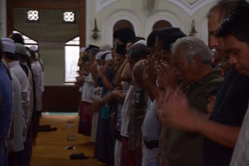 Jamaah salat sunah gerhana matahari di Masjid Jamik Kota Malang melaksanakan ibadah dengan khusyuk. (Istimewa).